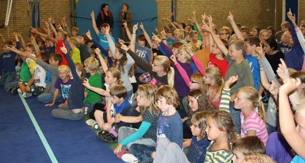 Kinderen bij een basisschoolvoorstelling